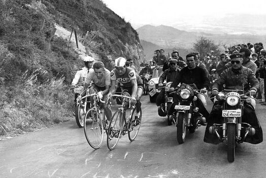 Photo Jacques Anquetil , Raymond Poulidor, 1964 - L'EQUIPE PRESSE SPORTS
