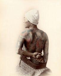 DOS TATOUÉ, VERS 1880