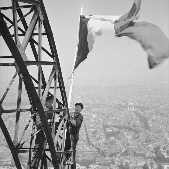 Photo DRAPEAU FRANÇAIS, PARIS 1951 -  Roger-Viollet Collection