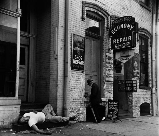 Photo SCÈNE DE RUE DANS LE BOWERY, NEW YORK, 1952 - Jack Nisberg