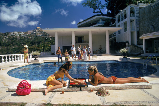 Photo POOLSIDE BACKGAMMON - Slim Aarons