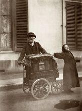 JOUEUR D'ORGUE À PARIS, 1898
