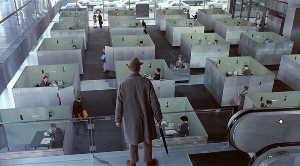 M. Hulot devant le labyrinthe des bureaux