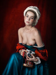 DAMA PORTRAIT WITH CAMERA