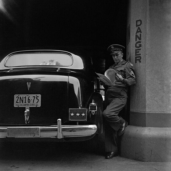 Photo ATTENDANT LE DÉFILÉ MACARTHUR, NEW YORK, 1951 - Jack Nisberg