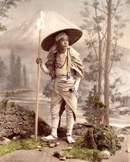 PÈLERIN SE RENDANT AU MONT FUJI, VERS 1885
