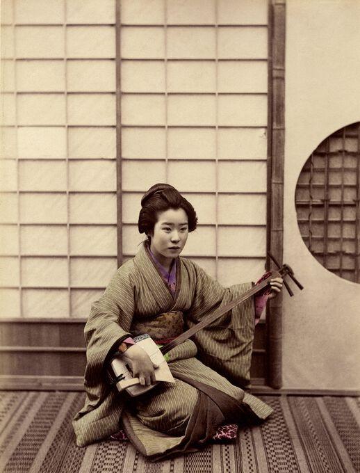 Photo Femme jouant du samisen - Sashichi Ogawa