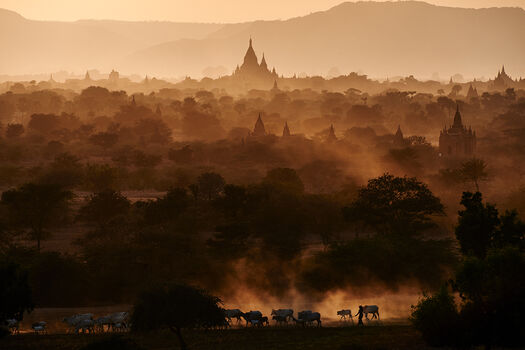 Photo EVENING IN BAGAN - Tuul et Bruno Morandi