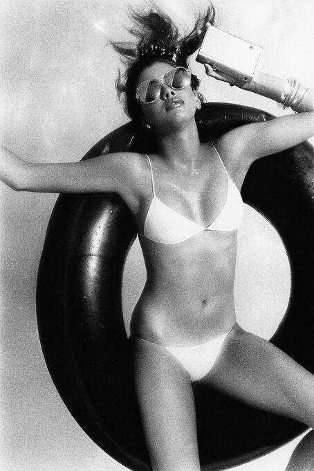 Photo FLOATING MODEL - Albert Watson