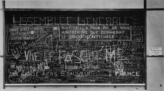 Photo TABLEAU DE LA FACULTÉ DE MÉDECINE, TOULOUSE MAI 68 - Jean Dieuzaide
