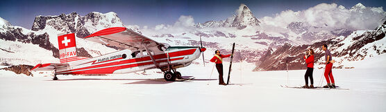 Photo ALPS SKIERS WITH AIRPLANE 1964 - NEIL MONTANUS - Colorama
