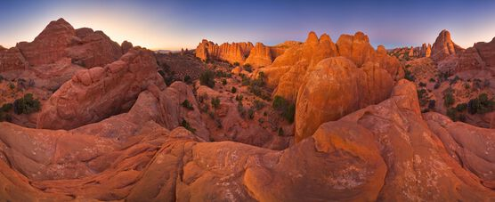 Photo RED SANDSTONE EVENING -  John Eastcott et Yva Momatiuk