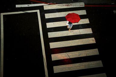 La fille au parapluie rouge