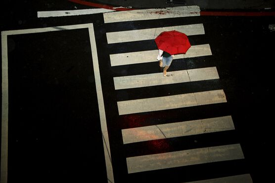 Photo La fille au parapluie rouge - Matthieu Casimiri