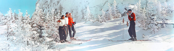Photo SKIERS TAKING SNAPSHOTS VERMONT 1951 - Colorama