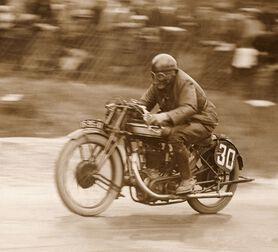 Photo Un motard sur une Norton -  ADOC