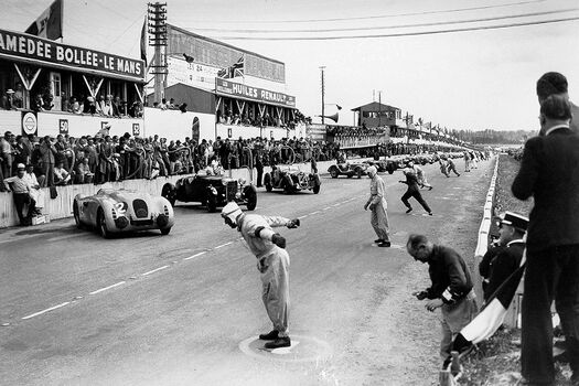 Photo STARTING LINE OF THE 24 HOURS OF LE MANS 1939 - GAMMA AGENCY