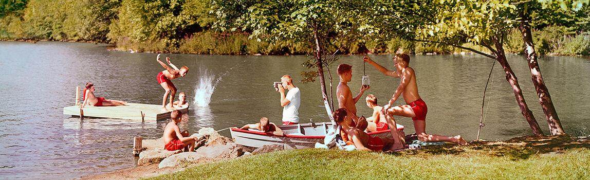 студенты отдыхают на реке с траханьем