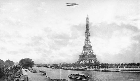Photo AVION SURVOLANT LA SEINE, XXEME SIÈCLE -  Roger-Viollet Collection
